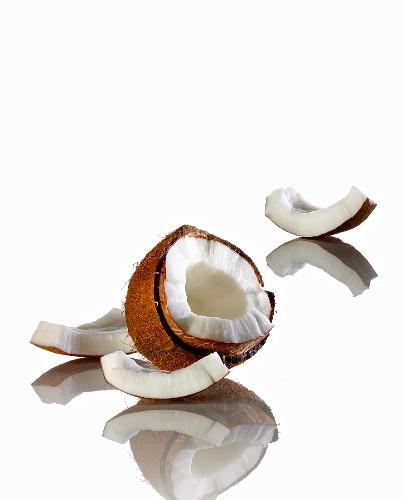 Geöffnete Kokosnuss vor weissem Hintergrund