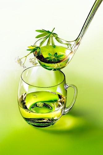 Waldmeisterbowle in Glas und Kelle
