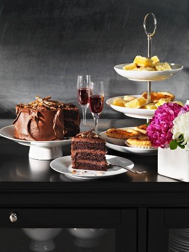 Kuchenbuffet mit Blumen und Sherrygläsern