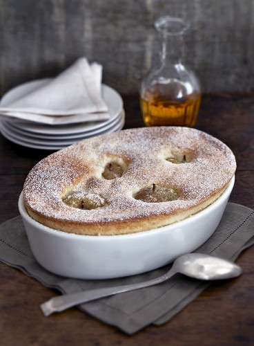 Semolina souffle with apple and icing sugar