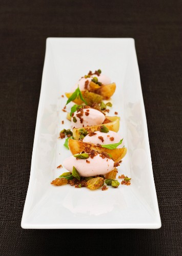 Ice cream with baked apples and pistachios