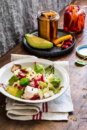 Avocadosalat mit Feta und eingelegten Mangoldstielen