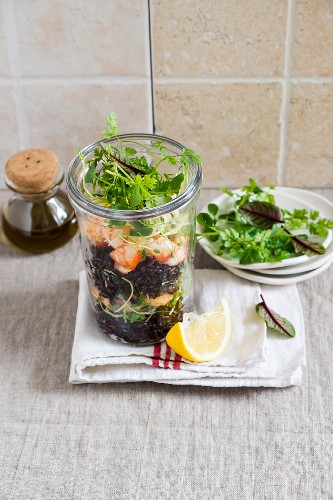 Black reissalat with shrimps in the glass