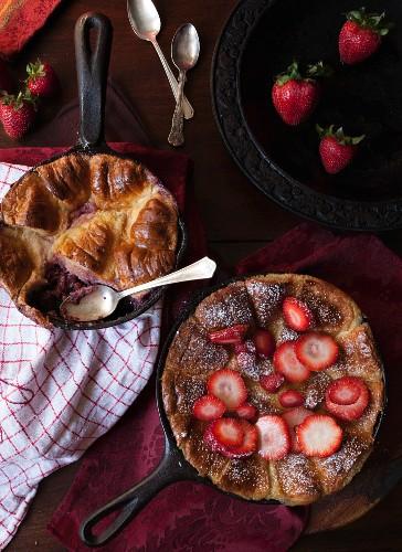 Brotpudding mit Erdbeeren und Zucker in Pfanne