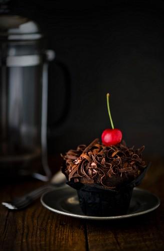 Schokoladencupcake mit Kirsche