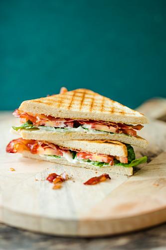 BLT-Sandwiches auf Holzteller