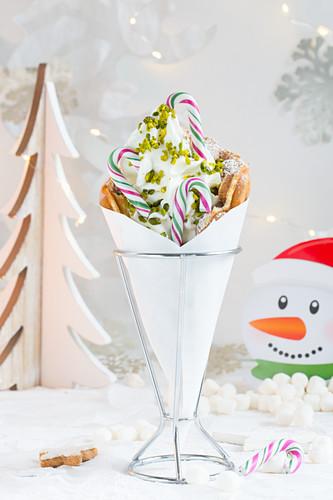 Bubble Waffle mit Frozen Yoghurt und Zuckerstangen zu Weihnachten