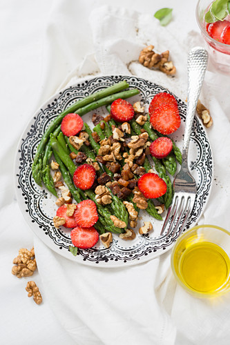 Green asparagus salad with walnuts and strawberries
