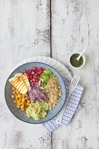 Buddha Bowl mit Quinoa, Kichererbsen und Granatapfelkernen