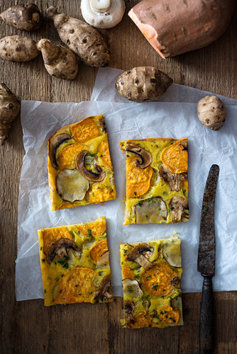 Veganer Gemüsekuchen mit Kurkuma, Topinambur, Süßkartoffel, Frühlingszwiebeln und Champignons