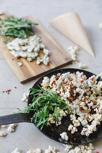 Popcorn mit Gorgonzola, Karamell, rotem Pfeffer und Rucola