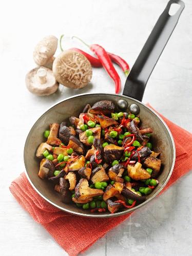 Pilzsalat mit Erbsen und Chilischoten