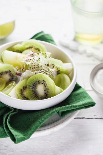 Kiwisalat mit Trauben und Sprossen