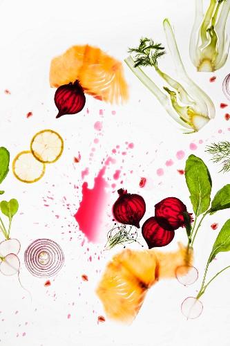 Verschiedene Gemüsescheiben, Lachs und Zitrone
