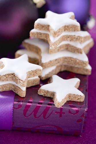 00387285 - Several cinnamon stars on Christmas parcel