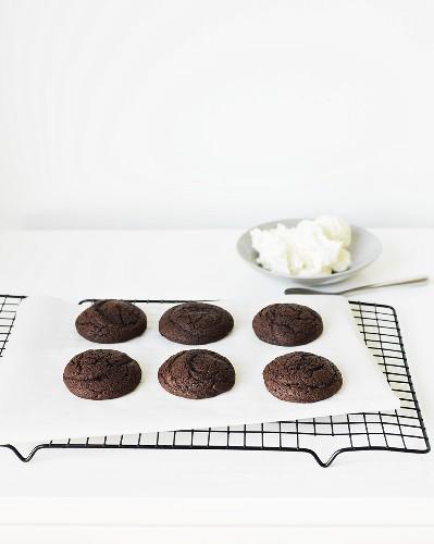 Schokoladen-Whoopie Pies (Hälften) auf Kuchengitter