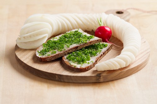 00454803 - Bayerische Brotzeit: Schnittlauchbrot mit Radi