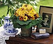 Biedermeierstrauss in Gelb, altes Bild, Kaffeegeschirr