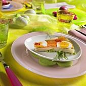 Bunte Gemüsesülze auf österlich gedecktem Tisch