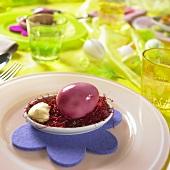 Violett marmoriertes Osterei in einer Schale mit Mayonnaise