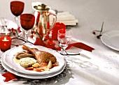 Gebratene Ente mit Serviettenknödel auf dem Weihnachtstisch