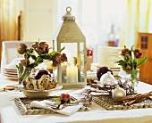 Weihnachtstisch mit Christstollen, Laterne und Christrosen