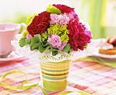 Ein Strauß mit Rosen, Nelken und Frauenmantel