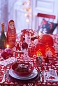 Weihnachtstisch mit russischer Dekoration