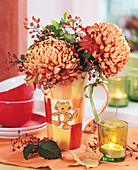 Herbstchrysantehemen im Kaffeebecher