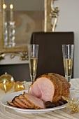 Weihnachts-Schinkenbraten mit Aprikosen auf Weihnachtstisch