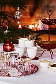 Gedeckter Weihnachtstisch mit Keksen, Gläsern und Bechern