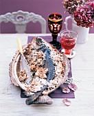 Wolfsbarsch in Salzkruste auf festlichem Weihnachtstisch
