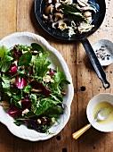 Salatteller und Pilzpfanne