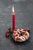 Gefüllter Doughnut, Sternanis und eine Kerze