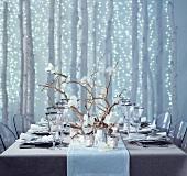 Gedeckter Weihnachtstisch mit Orchideen