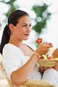 Junge Frau mit grossem Salatteller