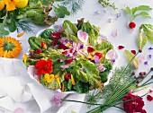 Bunter Salatteller mit Essblüten