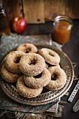 Apfelwein-Doughnuts, gestapelt, auf Metallteller