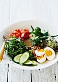 Salatteller mit gekochtem Ei