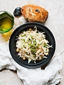 Salatteller mit Olivenbrot