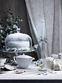 Weihnachtstisch mit Kuchen, Florentinern, Zuckermandeln und Tee