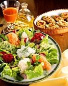 Salatteller mit Rohkost, Möhrensaft & gefüllte Kartoffeln