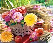 Herbstliche Tischdeko mit Dahlien, Ähren, Äpfeln und Birnen