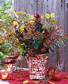 Herbstlicher Blumenstrauss mit Hagebutten und Schlehen