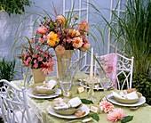 Sommerlich gedeckter Tisch im Freien