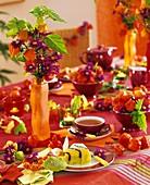 Teetisch dekoriert mit Lampionblumen