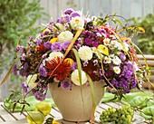 Herbststrauss mit Astern, Dahlien, Phlox und Zierkürbisssen