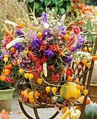 Herbststrauss aus Astern, Chrisanthemen, Lampionblumen, Eisenhut, Haferähren und Wanzenkraut