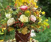 Strauss mit Rosen, Pfaffenhütchen, Beeren & Eichenblättern