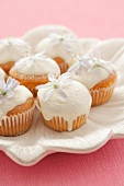 Mini-cupcakes with white chocolate icing and flowers